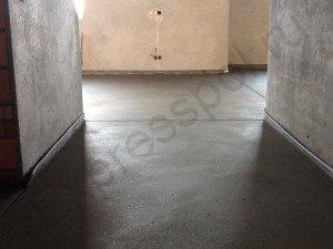 Прочная ровная и гладка основа, бетонная стяжка пола