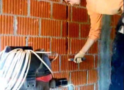 Выполнение штроб в кирпичной стене