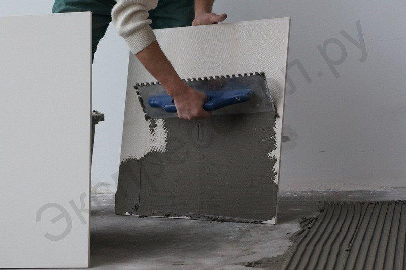 Нанесение плиточного клея на тыльную сторону плитки для более надежной фиксации