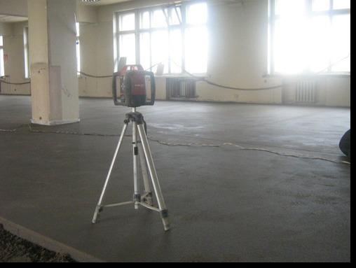Пол подготовлен для укладки коммерческого линолеума в офисном помещении