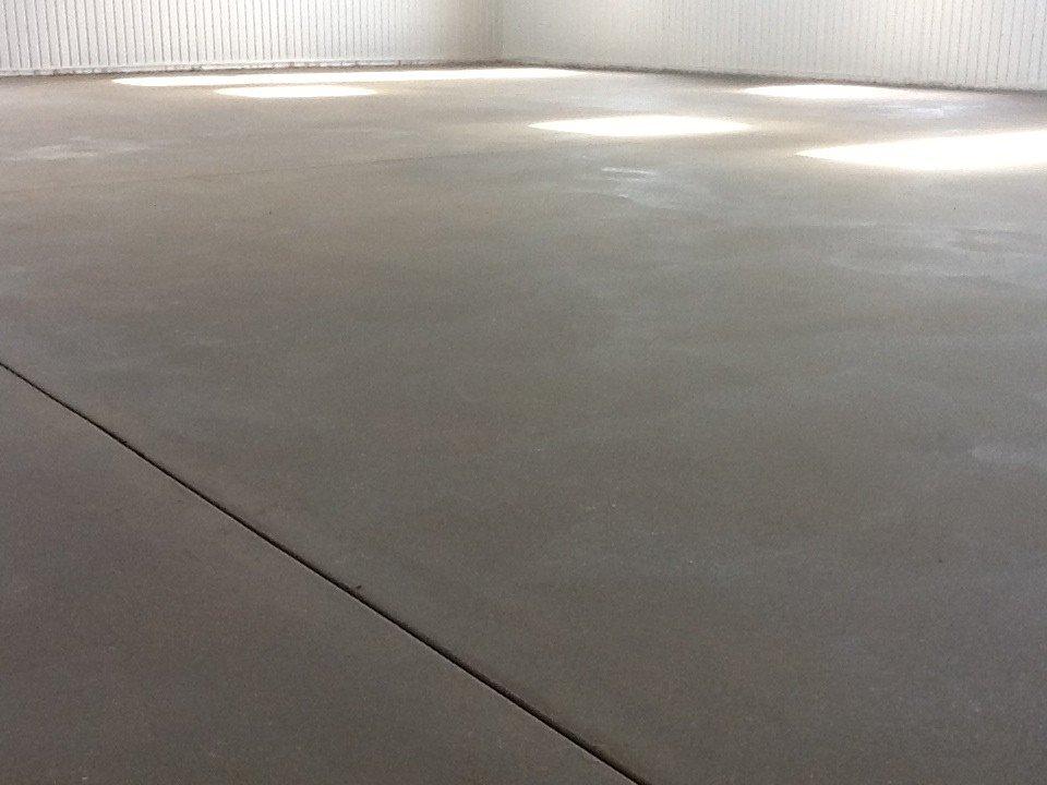 Ровный пол, поверхность подготовлена под укладку спортивного покрытия