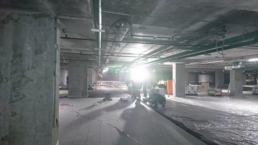 Виброукладка плитки в подземном паркинге